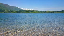 澄みきった青木湖の水
