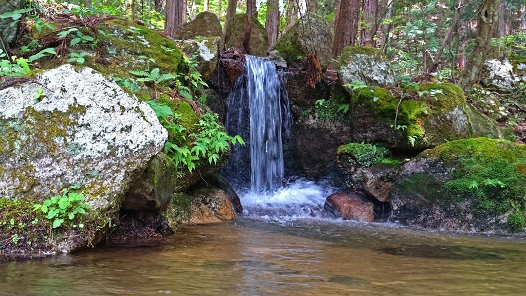 有明山神社境内の滝