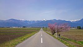 常念岳へ伸びる道