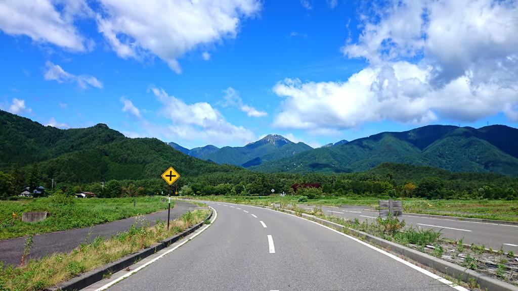 国営アルプスあづみの公園(穂高・堀金地区)前の道路から見る常念岳