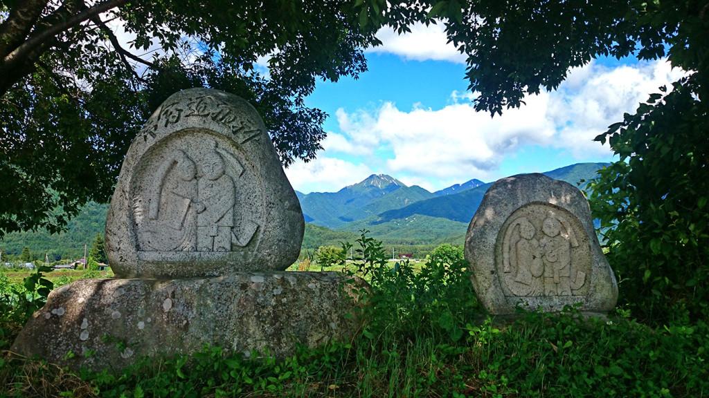 常念道祖神の間から見る夏の常念岳