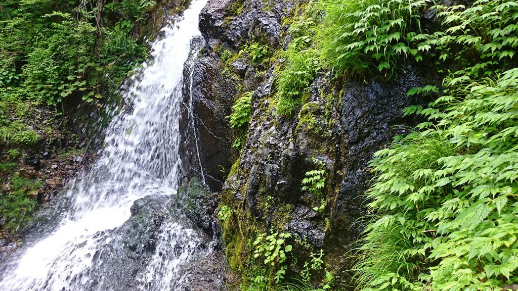 黒沢の滝下段部分を横から