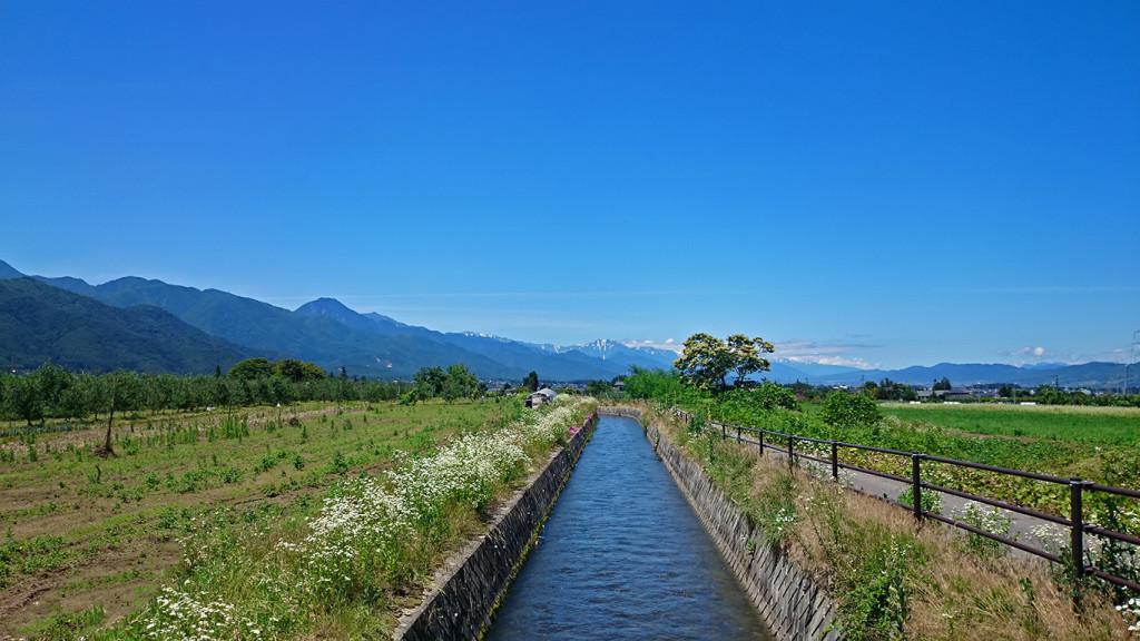 三郷の用水路から穂高大町方面を臨む