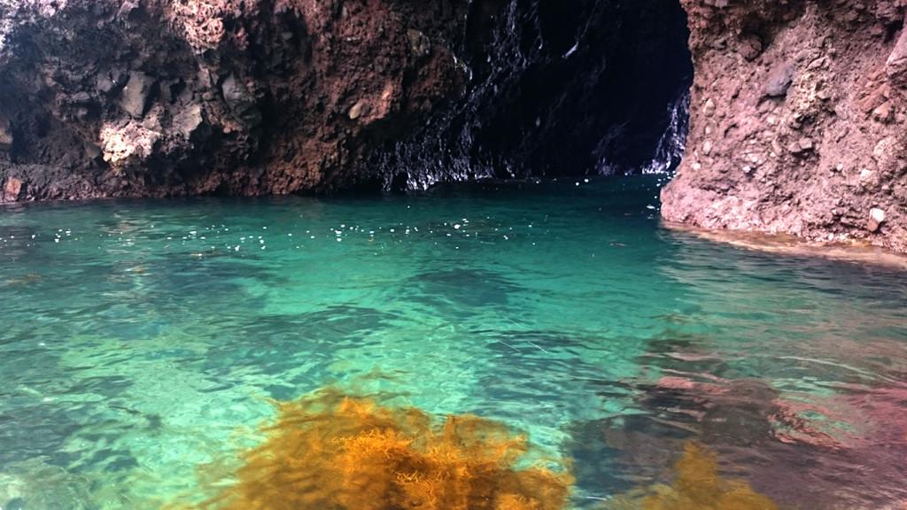 巌門前の海の水の色