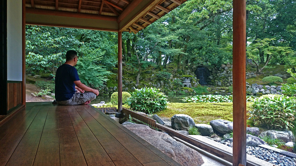 兼六園 時雨亭の縁側から庭を眺めるおっさん