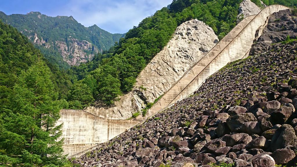 高瀬ダムのスキージャンプ式洪水吐