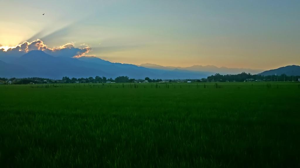 夕暮れ時に穂高の田んぼから大町方面を臨む