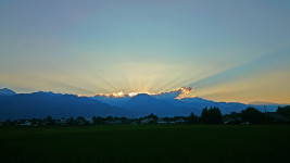 有明山の後光と田んぼ
