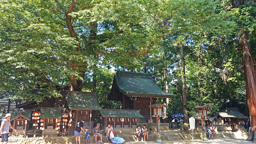 穂高神社若宮社の前で涼む人たち