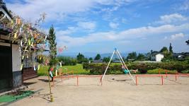新屋公民館の遊具と七夕の笹飾り