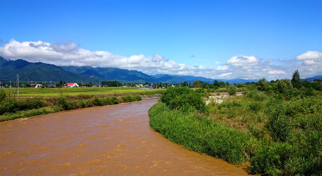 長雨で茶色く濁った乳川