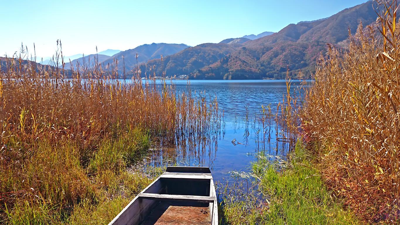 秋晴れの青木湖とボート