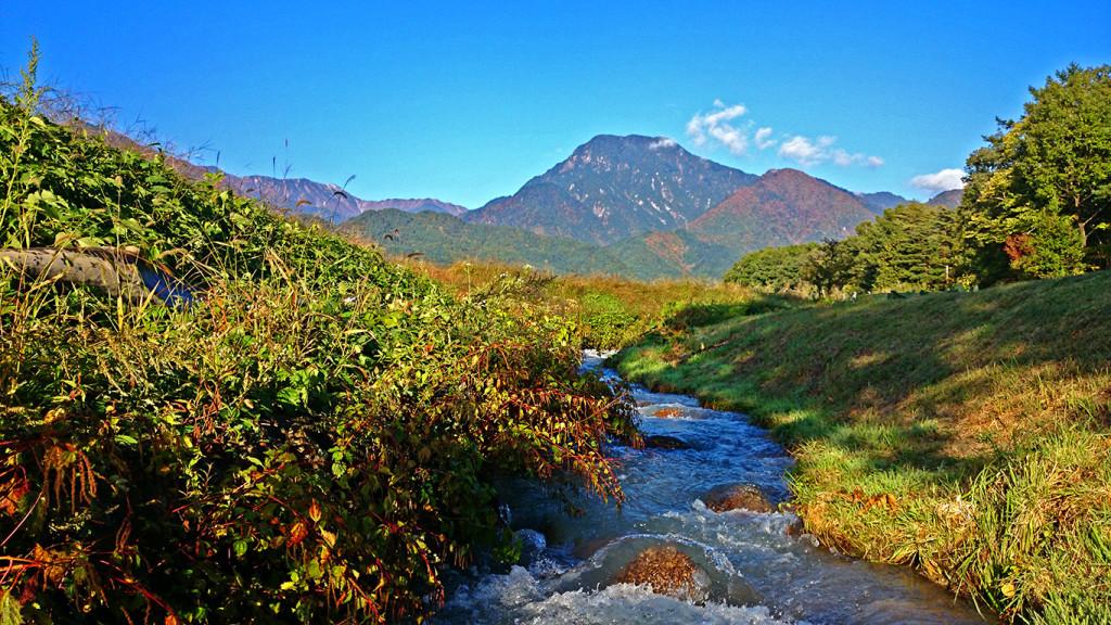 秋の油川と有明山
