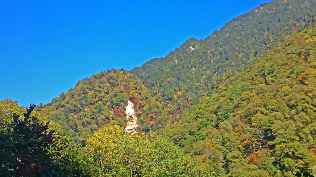 中房へ上がる途中に見える山々の紅葉