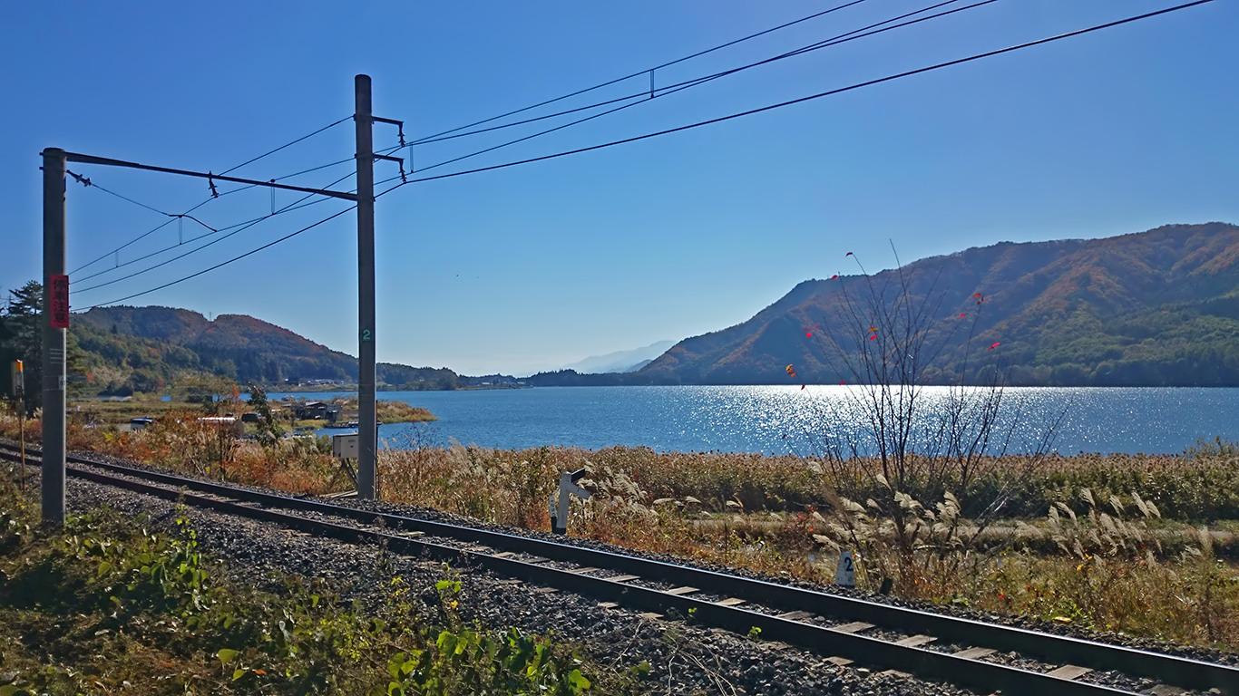 木崎湖付近の秋の大糸線1