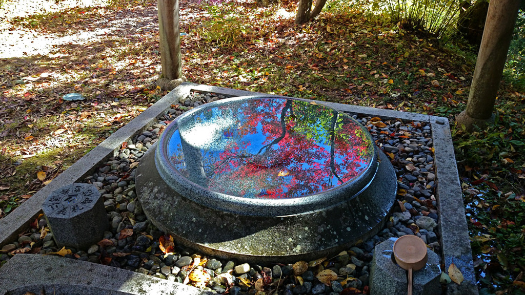 霊松寺、光と水と紅葉のコラボ2