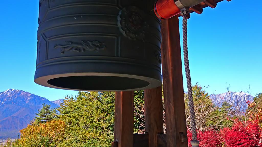 霊松寺 鐘と紅葉とアルプス