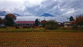 雨上がり雲から顔を出した有明山と新屋公民館