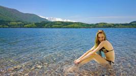 青木湖と外国人の水着の女の子を合成
