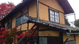 穂高有明の朽ちた家とカエデの紅葉