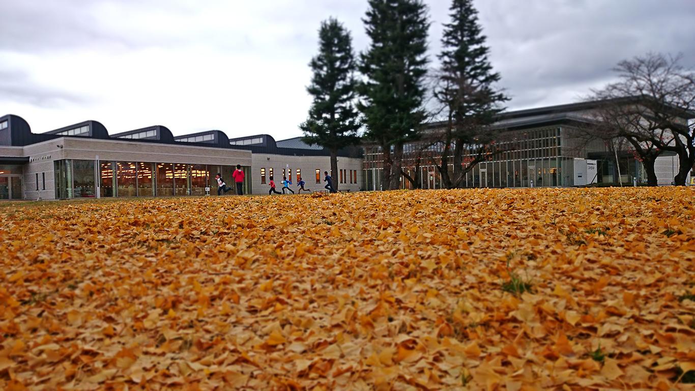 寒空の下、穂高学習センター「みらい」の庭で遊ぶ子供たち