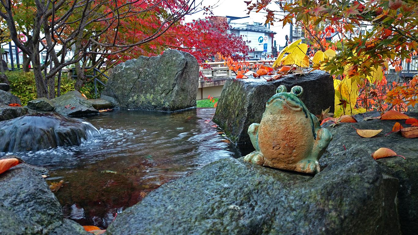 晩秋の縄手通り カエルの置物