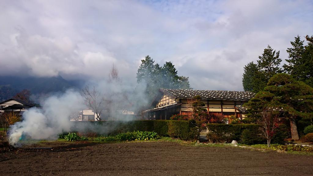 曽根原家住宅前の焚き火