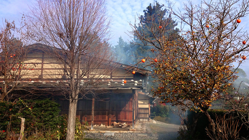 曽根原家住宅と焚き火の煙