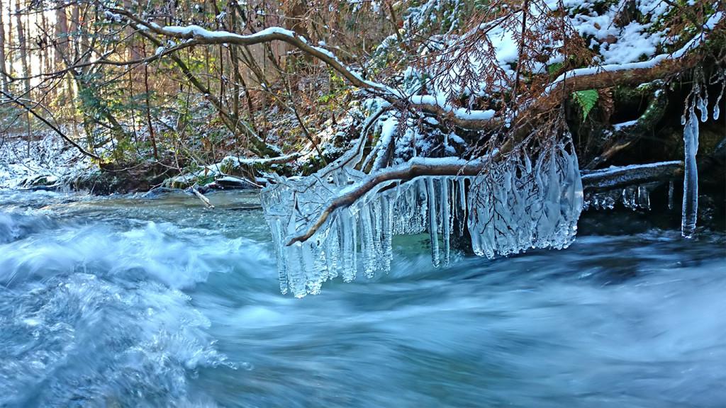 アーティスティックに凍った油川の風景1