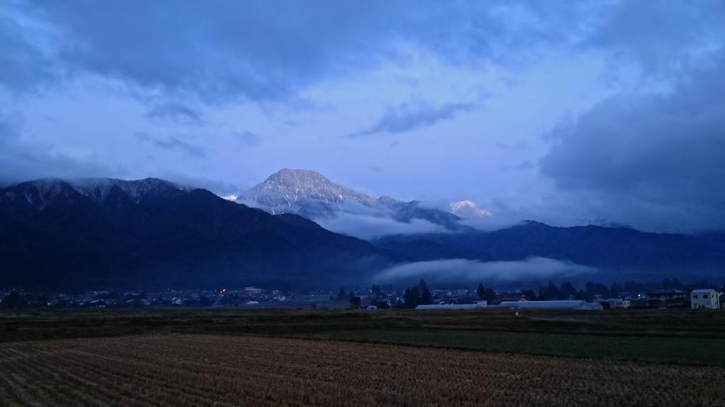 ほんのちょっとだけ染まる雲から顔を出し始めた有明山
