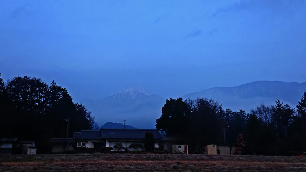 霧の中に浮かびあがる常念岳1