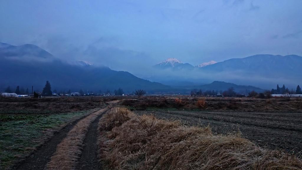 霧の中に浮かびあがる常念岳2