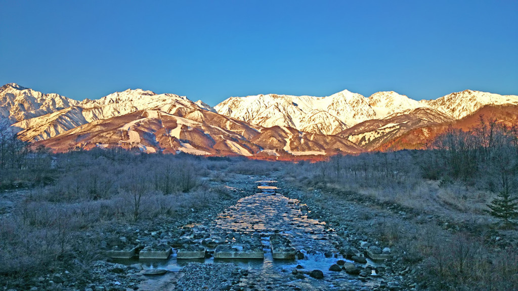 霜で真っ白になった川原と白馬三山を松川橋から