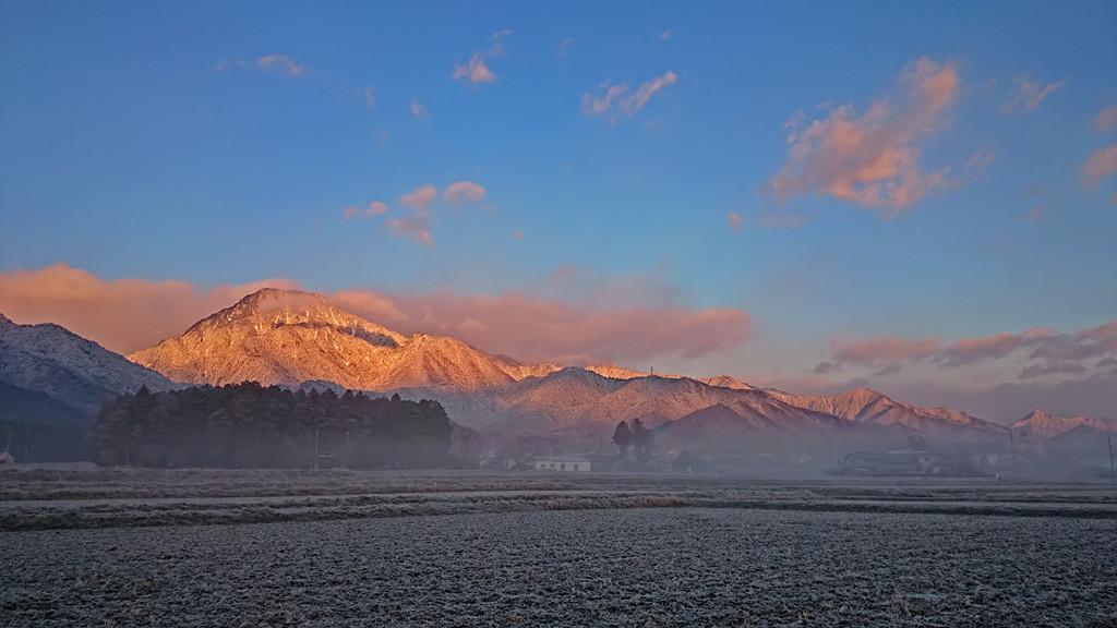 有明山の朝焼けと漂い始めた霧