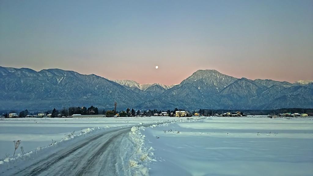 日の出直前の有明山