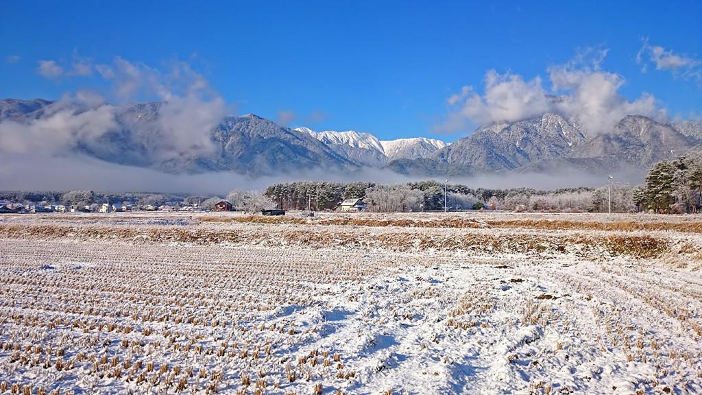 雪で白くなった田んぼから見る大天井岳
