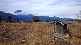 小さな祠と雲がかかった有明山