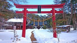 雪景色の穂高伊夜比古神社の鳥居