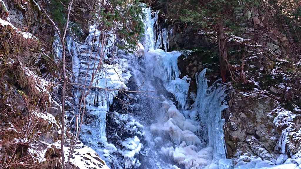 冬の黒沢の滝上部