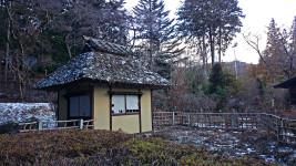 冬の松尾寺の庭の水車小屋
