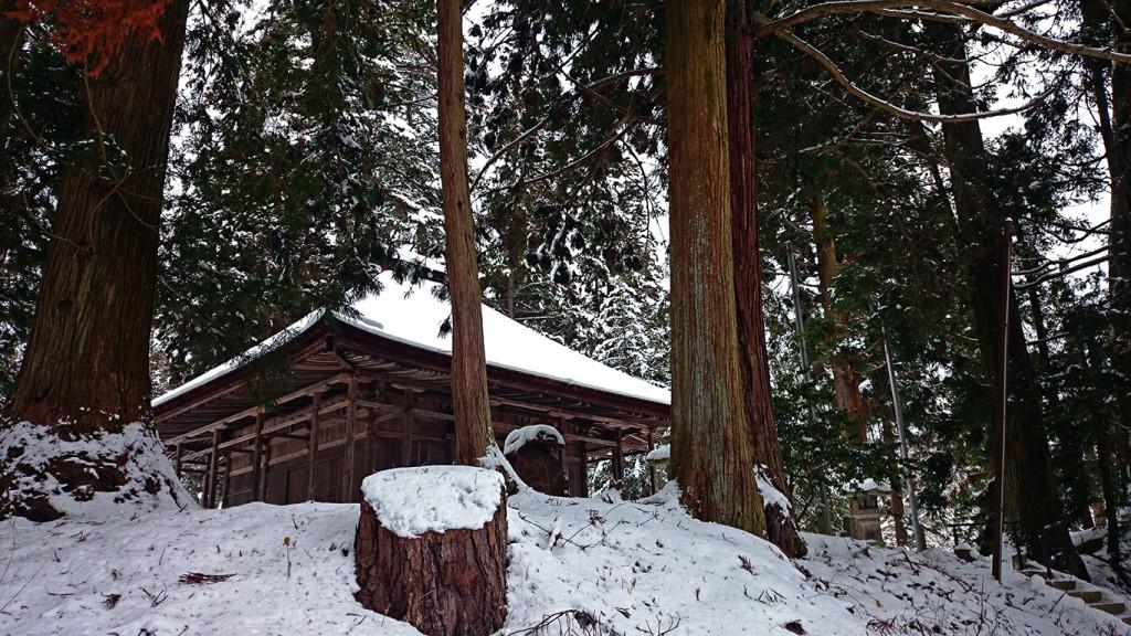 雪の中に佇む鶴王山松尾寺本堂