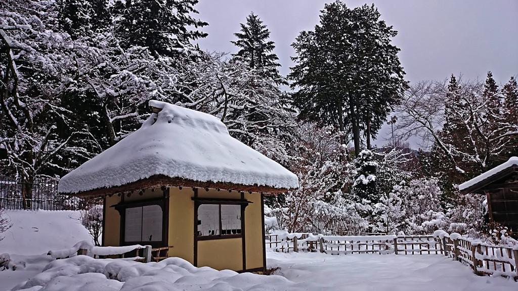 雪の中に佇む松尾寺の水車小屋
