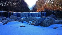 暖冬の中、辛うじて雪が残る中房川