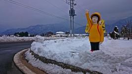 松川村横断歩道近くの人形