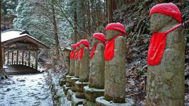 雪化粧した満願寺の六地蔵