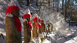 雪煙に輝く満願寺の六地蔵
