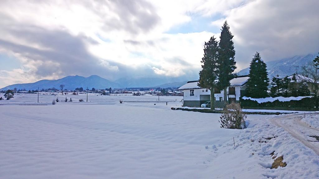 旧家と雪原