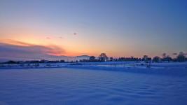 雪原と朝焼けの東の空