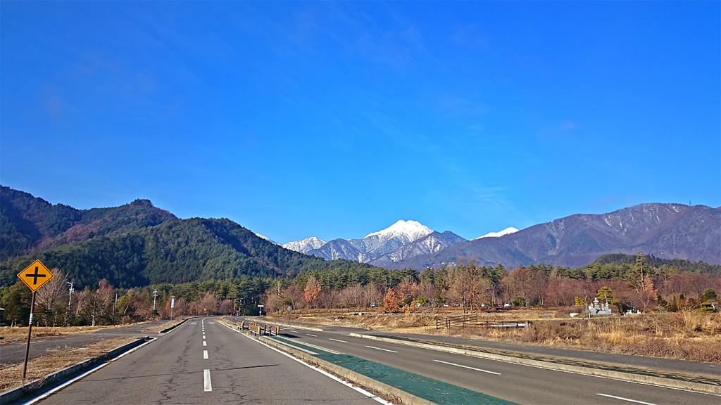 国営アルプスあづみの公園前の道路から見る常念岳