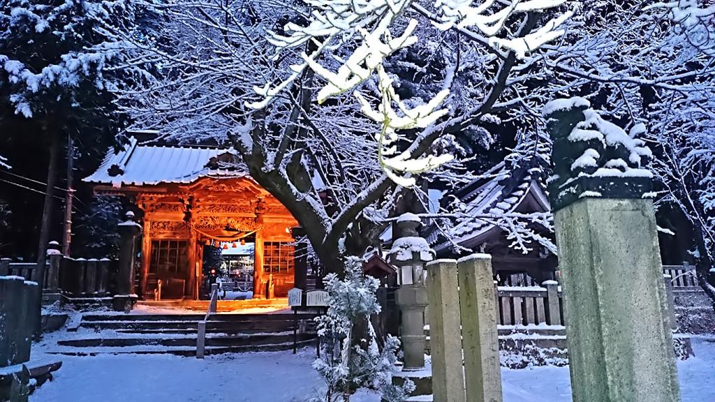 元旦の日の出前の有明山神社裕明門